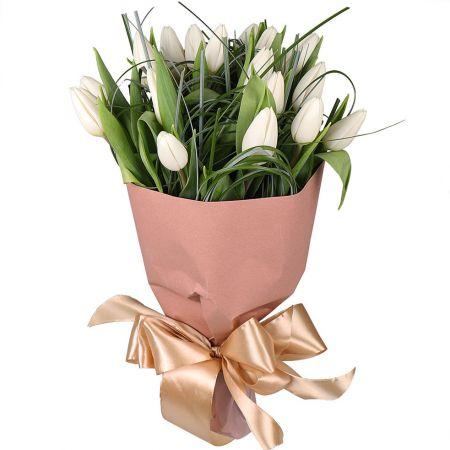 19 белых тюльпанов в крафте