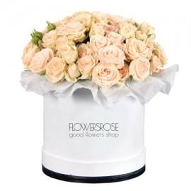 Кремовые кустовые розы в шляпной коробке