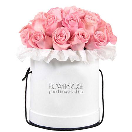 Светло-розовые розы в шляпной коробке