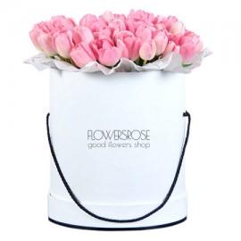 Розовые тюльпаны в шляпной коробке